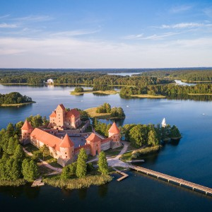 0001_trakai-dreamstime_xxl_150224434-trakai-castle-with-lake-and-forest-in-background-2_1590488169-0a2b5632029b559bfd2140215114b2b3.jpg